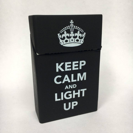 KEEP CALM AND LIGHT UP ČRN - ETUI ZA CIGARETNE ŠKATLICE